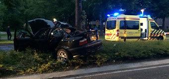 Automobilist rijdt tegen boom