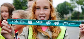 Pearle Dronten deelt gratis snapbands uit
